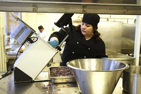 HAKKING: En multechutney trenger også rødløk, og Renate Nordli står for hakkingen.