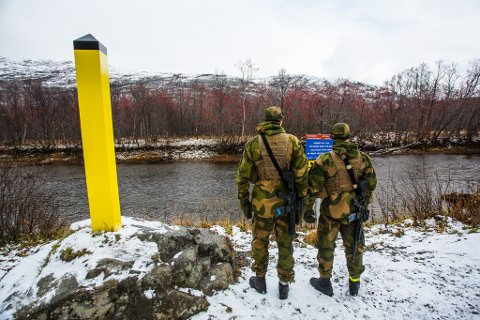 FORBUDT: Norske og russiske vakter patruljerer grensen mellom landene.