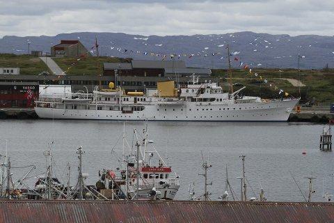 LIGGER TIL KAI: Kongeskipet lå torsdag til kai i Vadsø.