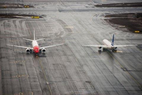 Gardermoen  20140227. Et fly fra Norwegian og et fly fra SAS møter hverandre på Oslo Lufthavn torsdag.  Foto: Fredrik Varfjell / NTB scanpix