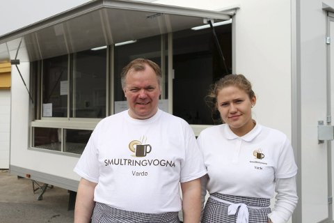 PÅ FESTIVAL: Smultringene er en ny hobby for Arnt Helge S. Johansen. Pomorfestivalen ble en debut, og sikret også sommerjobb for Marie Johanne Esbensen (14).