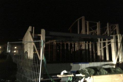BLÅSTE BORT: Deler av bygningen som er under oppføring ved Soltunet på Prærien har blåst bort i den sterke vinden.