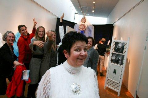 Solveig Leinan-Hermo hedres av byen - og tilreisende. Fra venstre: Gina Hjort-Larsen, Helle Moum, Liv Hanne Haugen, Anne Katrine Haugen, Jenny Svensson og Silje Solheim Johnsen.
