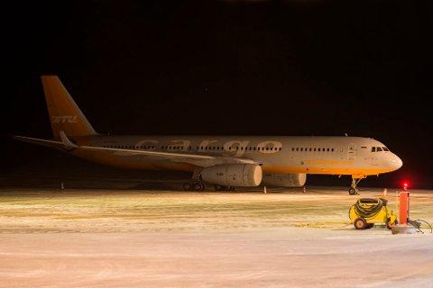 LASTET MED KONGEKRABBE: Onsdag kveld stod Aviastar TUs  Tupolev Tu-204-100C parkert på Lakselv lufthavn Banak. Torsdag morgen tok flyet av med 27 tonn kongekrabbe, som fraktes direkte til Seoul.