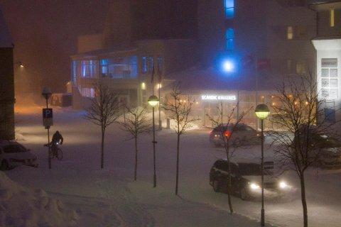 Kirkenes sentrum Scandic vinter vind snø fokk biler uvær