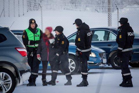PÅGREPET: En kvinne hjalp flyktninger å rømme fra Vestleiren. Her blir hun pågrepet av politiet.