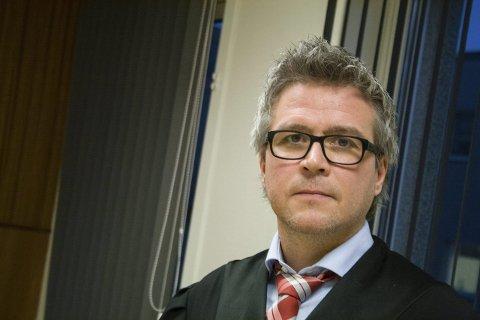 ALVORLIG: Det er ikke de samme regelverket som gjelder mellom Jørgen Hattemaker og Kong Salomo, mener advokat Kjetil Hugo Nilsen.
