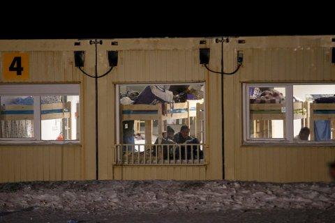KIRKENES  20151115. Asylsøkere i  Vestleiren, ankomstsenteret  for flyktninger i Kirkenes. Hit sendes flyktninger, som passerer den norsk-russiske grensen på Storskog, før de sendes videre til mottak andre steder i landet.  Foto: Cornelius Poppe / NTB scanpix