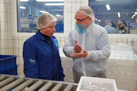 HJERTET AV DRIFTA: Her viser Kjell Arne Johnsen ved Norway Seafood fram linja der loinsen pakkes - det beste av det beste på fisken, sier han. Per Sandberg gleder seg over å møte entusiastiske ansatte.
