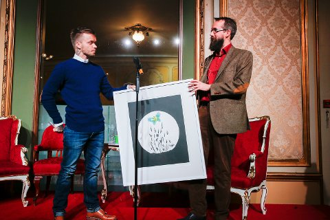 Kristian Haugland (t.h.) delte ut Åpenhetsprisen til Espen Nystad som mottok prisen på vegne av Agnete Johnsen. Foto: Terje Pedersen / NTB scanpix