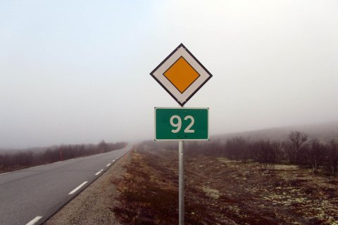 DÅRLIG STAND: Standarden på veien mellom Karasjok og Gievdneguoika er for dårlig, mener politikerne i samferdselsutvalget. Men mens to av dem ville be Statens vegvesen om å se nærmere på veien nå, forkastet flertallet forslaget.