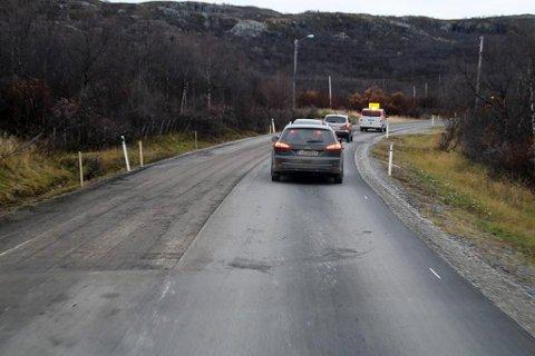 FJERNER ASFALT: Her ble det fjernet et stykke asfalt. Torsdag ettermiddag skal ny asfalt ha blitt lagt ut igjen og veien være ferdig.