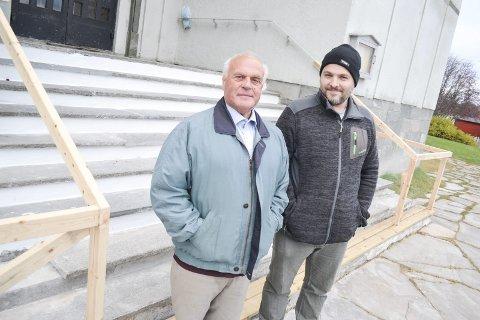 FORNØYDE: Fungerende prost, Hans Erik Holm (t.v.) og kirkeverge Michael Møller-Davidsen er fornøyde med arbeidet som har blitt gjort med kirketrappa så langt. Nå mangler nytt rekkverk i plast og nye stein på de to nederste trinnene, så er den nye trappa klar for vinterbruk.
