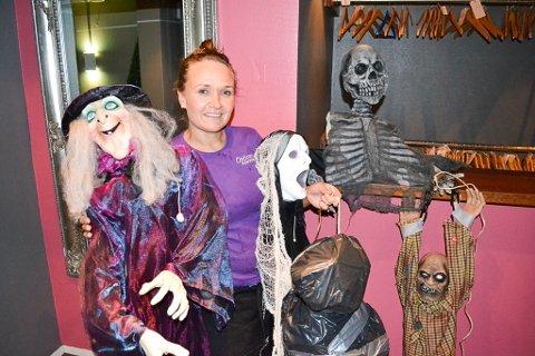 ER KLAR FOR Å SKREMME: Opticom-sjef Maritha Betten er ikke redd for klovnemaskene som har herjet rundt i forkant av årets halloween. Selv har hun mange planer for å skremme gjestene sine i kveld.