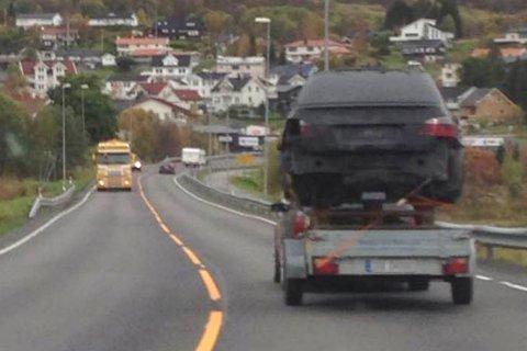 HOLDT GOD AVSTAND: Bilen er plassert på toppen av tre paller på tilhengeren. Vidar A. Hansen kom kjørende bak tilhengeren og forteller at han passet på å holde god avstand.