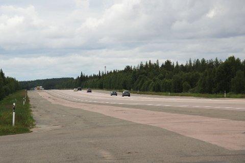 VUOJÄRVI: Mange har nok undret seg over hvorfor denne veien på E75 like sør for Sodankylä ser så rar ut. Det er faktisk en logisk forklaring på det: Dette er en veirullebane.