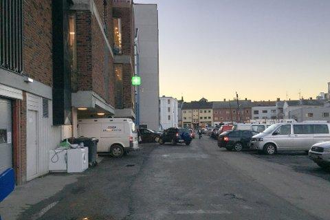FÆRRE PARKERINGER: Her blir det fortsatt parkering når arbeidet er ferdig, men færre enn i dag. (Foto: Alexandra Kosowski)