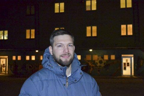 ALENE SOM MOTSTANDER: Willy Pedersen representerer det eneste partiet som er i mot renoveringen av gamle sentrum skole. Han mener det vil bli et lite framtidsrettet bygg og at prisen på å bygge nytt vil være like dyr.