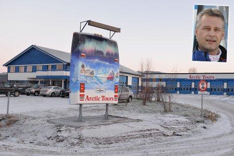 HJEMMEFRA TIL DETTE: De startet i det små. I dag har de to bygg og 12 busser. Ernst Rune Andersen (innfelt) har overtatt selskapet etter sin far.