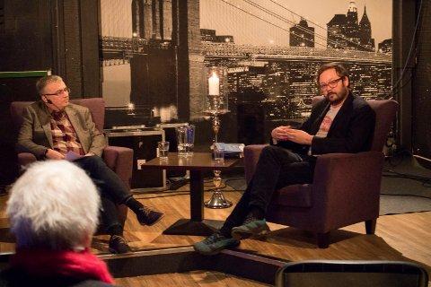 BOKBAD: Den nye krimboken «Kalypso» ble presentert av forfatter Ingar Johnsrud (til høyre). Her er han i samtale med John Harald Skum under helgens litteraturfestival i Kirkenes.