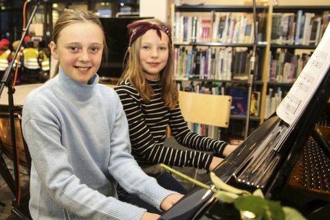 DEBUT: Pernille Kvernhaug og Ida-Sophie Kling-Foslund har spilt piano siden i høst. Nå fikk publikum høre hva de og de andre elevene har lært.alle foto: Henriette Baumann sand
