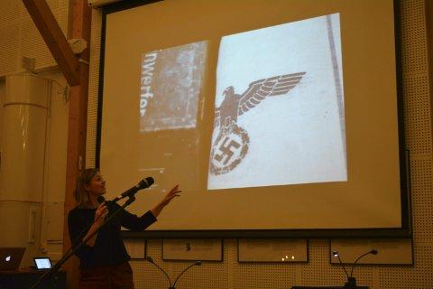 Kristin Nicolaysen viser her fram et av bildene som er i boka. Dette er fra en strisekk som ble brukt til andre ting etter krigen. Alle foto: Erlend Hykkerud
