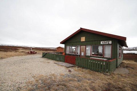 FIKK STØTTE: Komagvær jeger- og fiskerforening har ikke bestemt seg ennå om de skal renovere gamle bruhytta eller om de skal bygge ny.