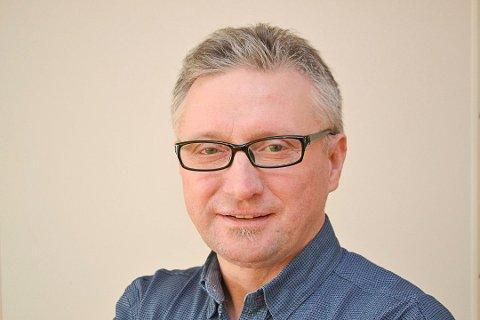 Finnmarken-redaktør Eilif Aslaksen ønsker Pedersen lykke til i ny jobb.