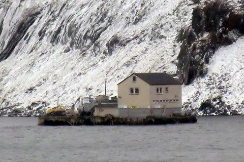 MULIG SMITTE: Grieg Seafoods lokalitet i Hammerfest kan være smittet av ILA. Dette arkivbildet viser bilde av flåten som til daglig står Kleppenes, da den i mars fjor ble slept i land i forbindelse med oppgradering. Arkivfoto: iFinnmark-tipser.