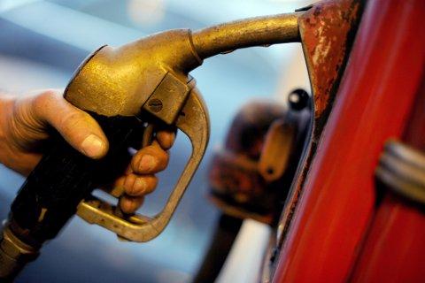 Etter to år med lav oljepris og noe redusert bensinpris, skal bensinprisene opp i 2017. Illustrasjonsfoto: Frank May / NTB scanpix