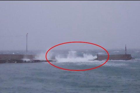 KNUST: Moloen klarte ikke stå imot uværet 9. desember. Moloen ble etter det midlertidig reparert.