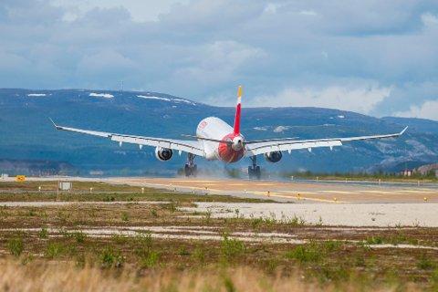 FORBLIR LANG: Rullebanen ved Lakselv lufthavn forblir uendret, etter at Avinor har søkt om EU-sertifisering av rullebanen. Rullebanen vil også bli opprustet i 2017.