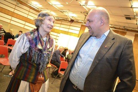 KVENMØTE: Under markeringen av kvenfolkets dag i mars i år møtte Hans-Jacob Bønå Astrid Ballo (72). Hun hadde iførte seg kvendrakta før hun tok turen til festlokalet i bygget som rommer museet .FOTO: KENNETH STRØMSVÅG