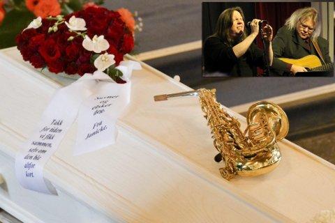 MUSIKER TIL DET SISTE: Saksofonen hadde sin helt naturlige plass på kisten til Harald Devold, sammen med hilsenen fra kjæresten Janicke.  Både i kirken og på Vårbrudd etterpå ble Harald minnet av familie og venner, og  mange bidro med det han elsket: Musikk.