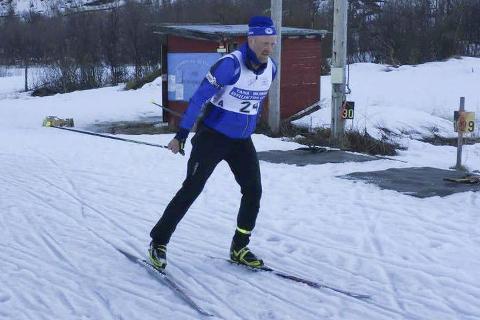 FRAM OG TILBAKE: Denne vinteren har IL Polarstjernen hatt skytetreninger i Vadsø, skitreninger i Jakobselv og kombinasjonstrening i Tana. Det gjør det litt vanskelig å motivere alle til trening, forteller Knut Esbensen. Her er han selv i gang med klubbmesterskapet, der han ble nummer tre.