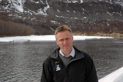BEKYMET: Nils Roger Pettersen ser med uro på sjokkfunn i Lakselva. Arkivfoto: Petter Vatn