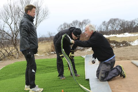 Skjører: Hans Løveid (til høyre) viser hvordan det skal skjæres i matta. Her med Kjell Eliassen (til venstre) og Knut Larsen.alle foto: Henriette baumann sand