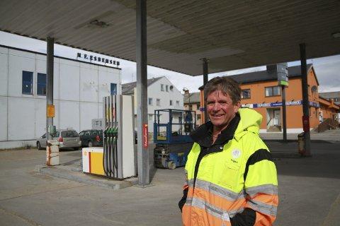 TILBAKE IGJEN: For tre år siden ga Yngve Harila seg som bensinstasjonsdrifter, etter 22 år i bransjen. Nå er han tilbake igjen, men selv håper han det blir på midlertidig basis.