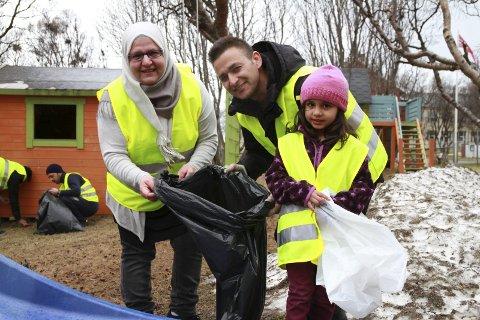 MYE TID: De siste to-tre ukene har ryddegruppa brukt to-tre timer hver dag på å rydde i Vadsø. Her ser vi Rana Antar fra Syria, Nunsif Zazai fra Afghanistan, og Efat Nedal Alkhadra fra Syria.
