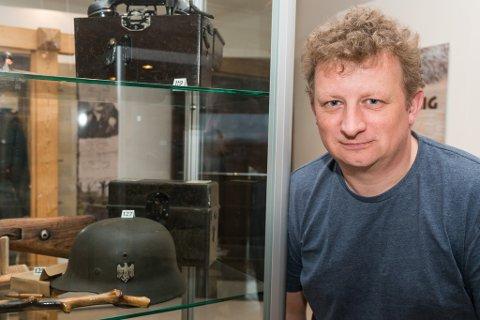 HOBBY OG JOBB: Roger Albrigtsen har lenge vært interessert i krigshistorien, og har bakgrunn både som forfatter og ildsjel bak foreningen Krigshistorisk landskap i Finnmark. Nå jobber han ved Porsanger museum, og har vært med  på å avduke en utstilling om 2. verdenskrig.