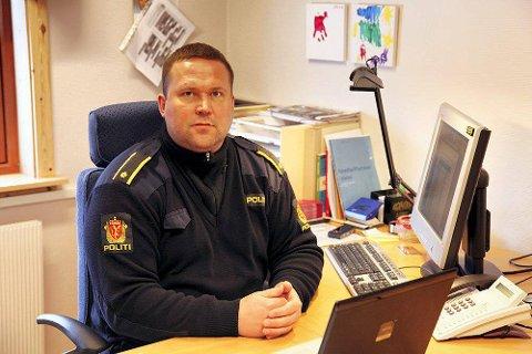 FARLIG LEK: Polititjenesteleder Odd Børre Evensen i Vardø ber foreldrene snakke med ungene sine for å få slutt på den livsfarlige leken i tunnelåpningen.