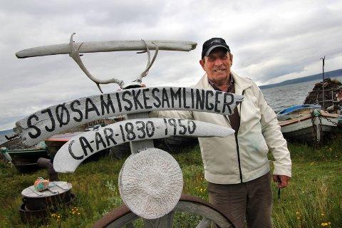 MUSEUMSBYGGER: Helmer Kåre Losoa har bygget opp Sjøsamiske samlinger hjemme i Byluft i Nesseby. Samlingen teller i dag flere tusen gjenstander, og dem viser Losoa gjerne fram. Han møter stadige begeistrede turister.