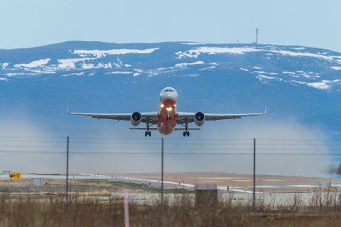 Et Typolev Tu-204-100C tar av fra Lakselv lufthavn Banak, lastet med kongekrabber. Det er det russiske selskapet Aviastar som står for flyfrakten.