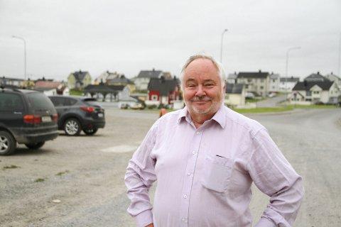 SKOLEVEIEN: Nå reiser Alf Kramer verden rundt som kaffeekspert, men sine første år hadde han i Vardø. Her på Valen hadde han sin skolevei, og hjemmet hans var det hvite huset bak det rød.