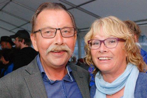 BESTO MED GLANS: Odd-Einar Utsi sammen med kona Tove Brandtzæg Utsi etter å ha moret et overfylt festivaltelt. Ingen kunne merke at han har vært syk. Alle foto: Alf Helge Jensen