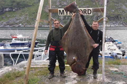 SJEKK DEN RUGGEN: Så store kveiter er det sjeldent man får på kroken. Her poserer Kestutis Miseikis fra Litauen sammen med sin fiskevenn.