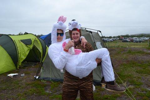 HUMORISTISKE: Martin Johansen (kanin) og Eskild Hansen (tiger) har kjøpt kostymene for å skape litt humor på campen.