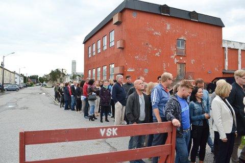 SNART BLIR DET KØ: Onsdag åpner Varangerfestivalen, og da blir det antakelig kø utenfor Vadsøhallen. Dette bildet er tatt i fjor da ivrige publikummere var klare for Kari Bremnes.