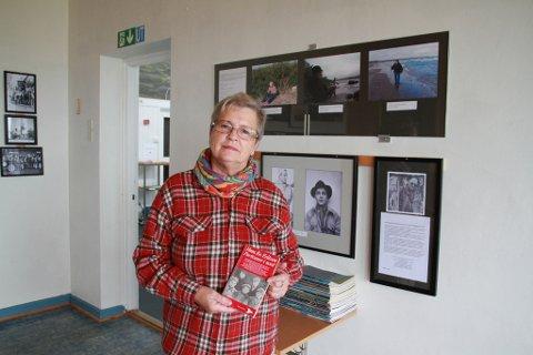 JOBBET LENGE: Sammen med Leif O. Knutzen, har Unni Salmila brukt mange, mange timer på å gjøre det gamle skolerommet til et utstillingslokale. Nå er den permanente utstillingen åpnet.