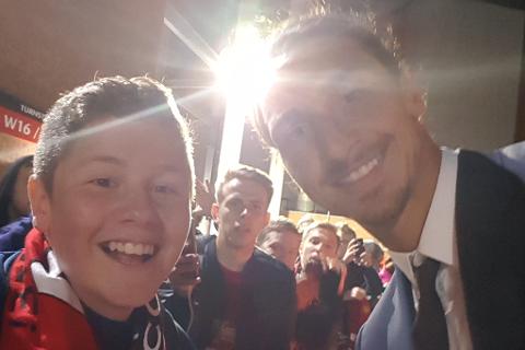 MØTTE IDOLET: Marcus Lindbæk Isaksen tok selfie med Manchester Uniteds Zlatan Ibrahimovic. Foto: Privat